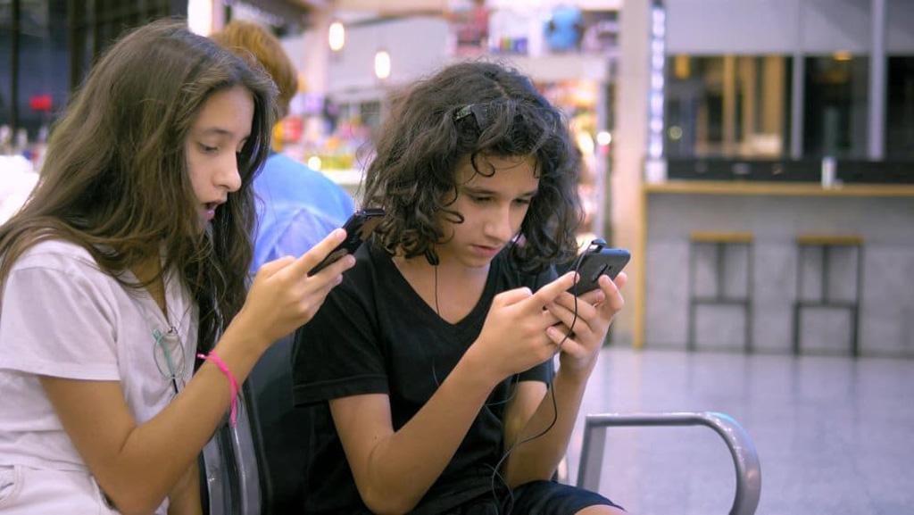 Israelische Mädchen mit Handy